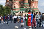 Девушка с флагом Азербайджана на Красной площади, фото из архива