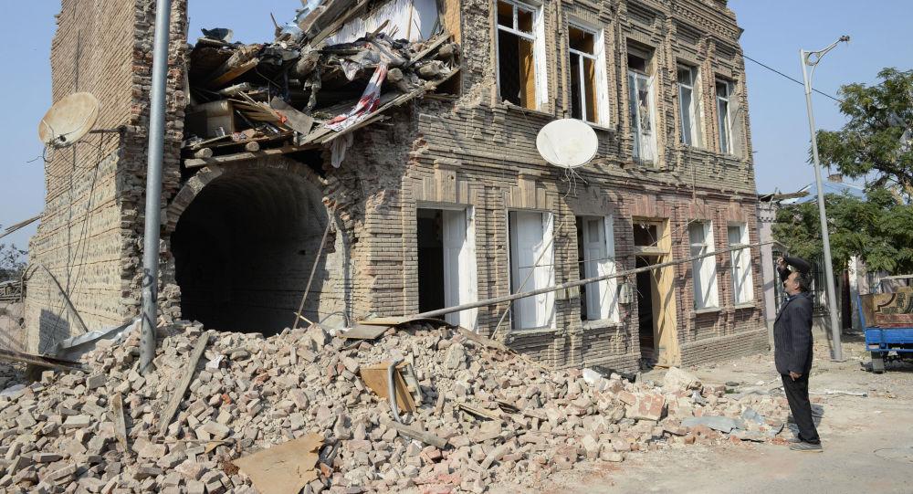 Разрушенное в результате обстрелов ВС Армении здание в Гяндже, фото из архива