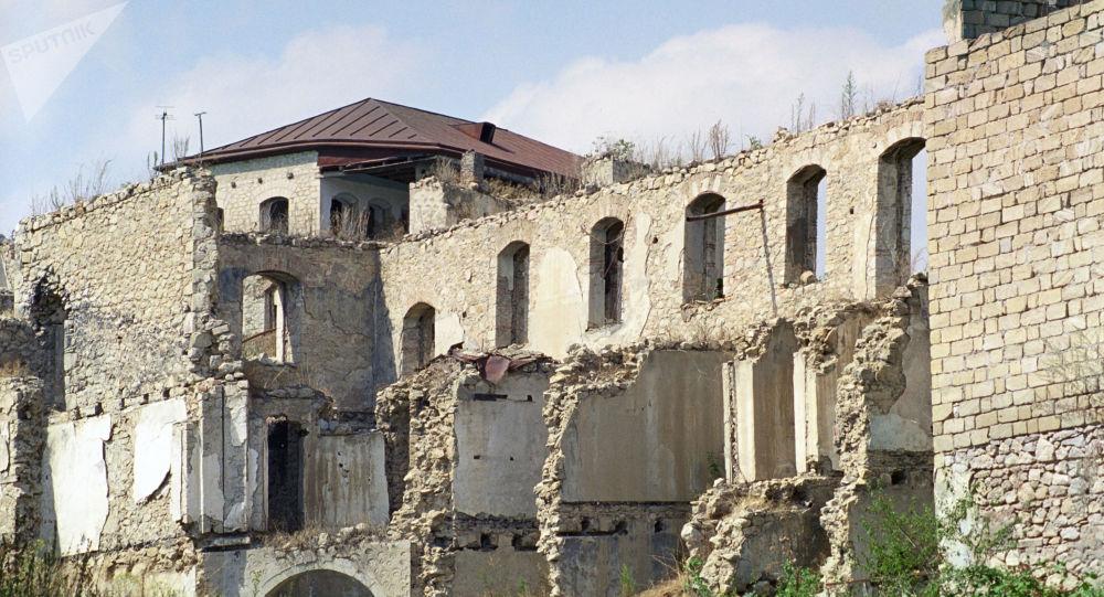 Şuşa şəhərində dağılmış evlər, arxiv şəkli