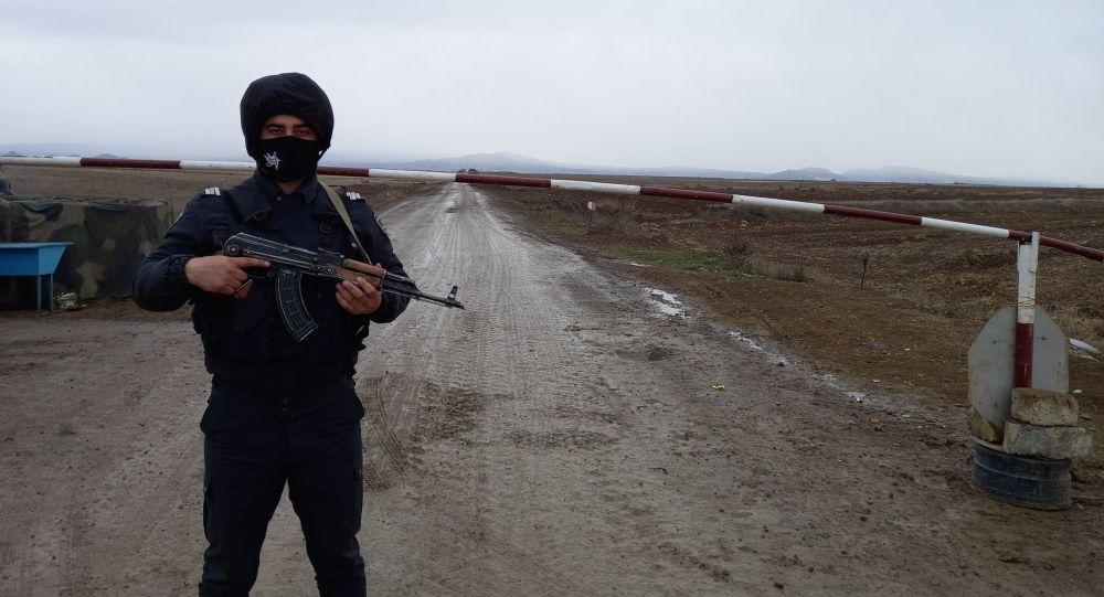 Qaarabağda polis əməkdaşı, arxiv şəkli