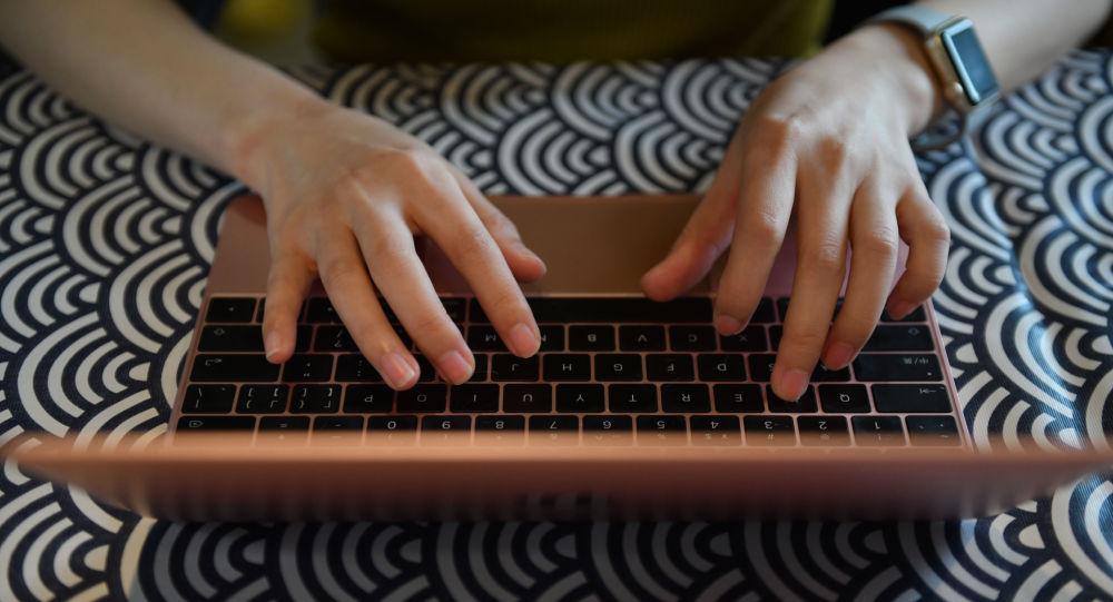 Блогерша за ноутбуком, фото из архива