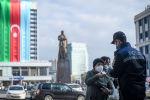 Сотрудник полиции проверяет документы жителя Баку