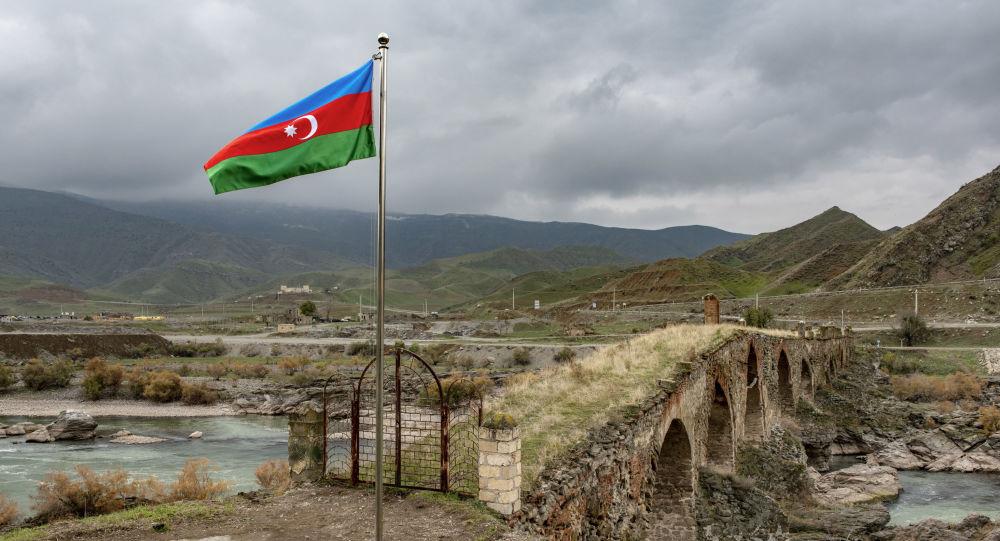 Xudafərin körpüsü yaxınlığında Azərbaycan bayrağı, arxiv şəkli