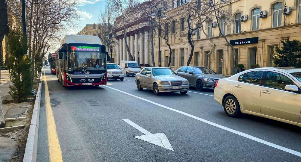 Автобус Bakubus на отдельной полосе движения в Баку