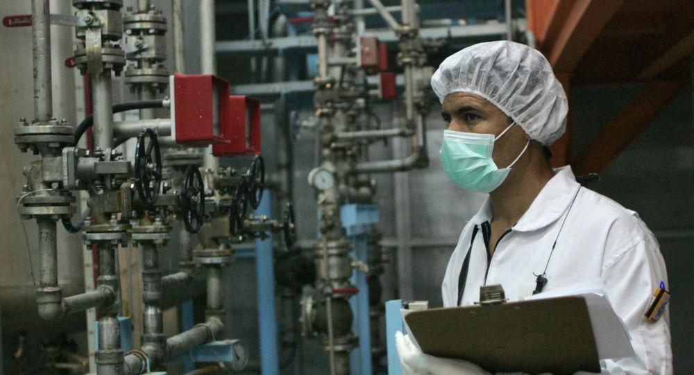 Иранский техник работает на заводе по конверсии урана в Исфахане, фото из архива