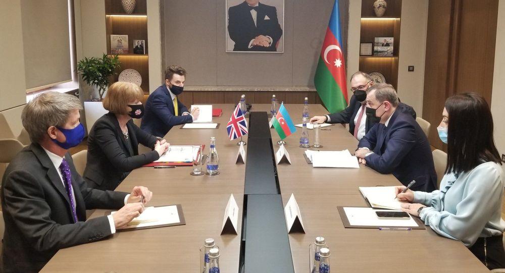 Министр иностранных дел Азербайджана Джейхун Байрамов и государственный министр Великобритании по вопросам европейского соседства и Америки Венди Мортон во время встречи