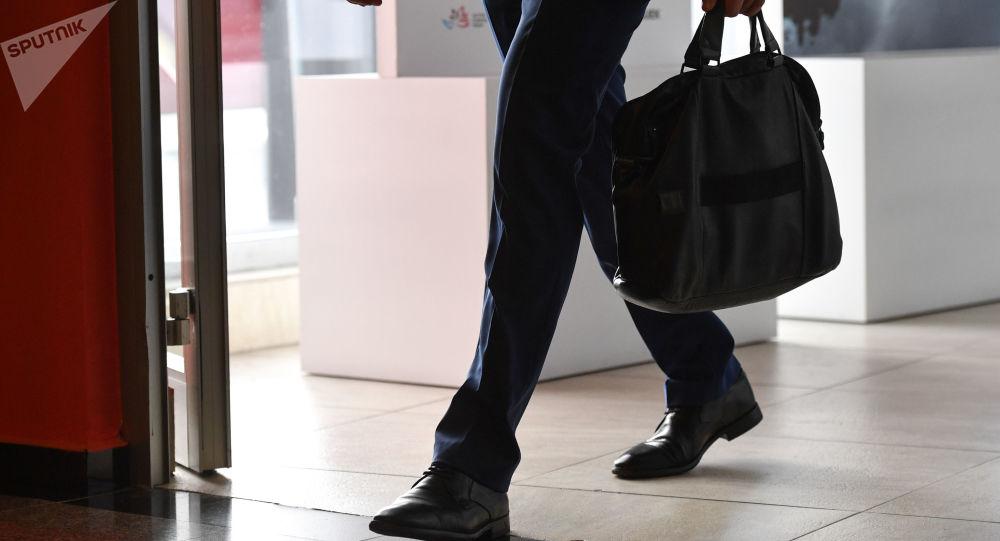 Мужчина с портфелем, фото из архива