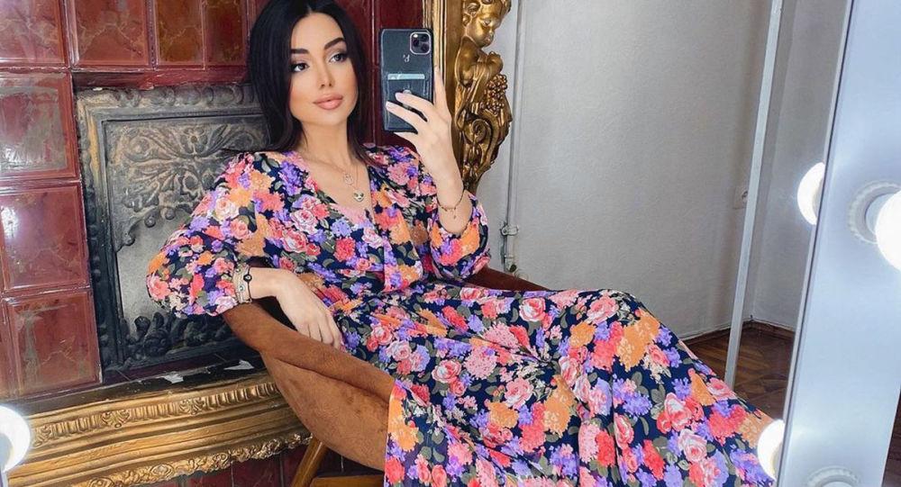 Цветы, оборки и рукава-фонарики: актуальные платья от азербайджанских брендов