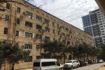 Здание на улице Рафика Искендерова, с которого оборвалась каменная плита