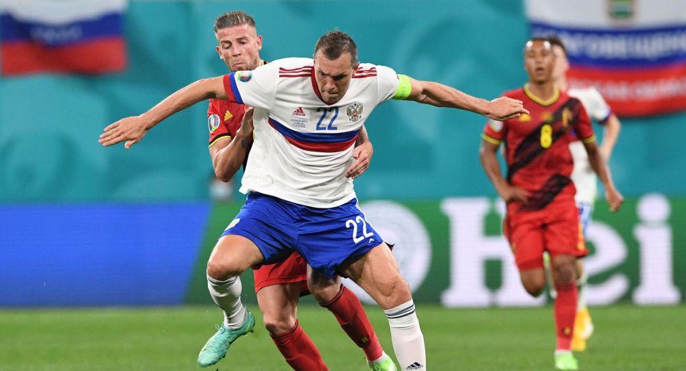 Нападающий сборной России Артем Дзюба (на первом плане) и защитник сборной Бельгии Тоби Алдервейрелд