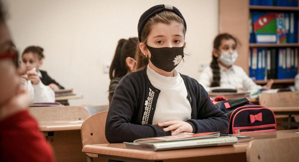 Школьница во время занятий в классе, фото из архива