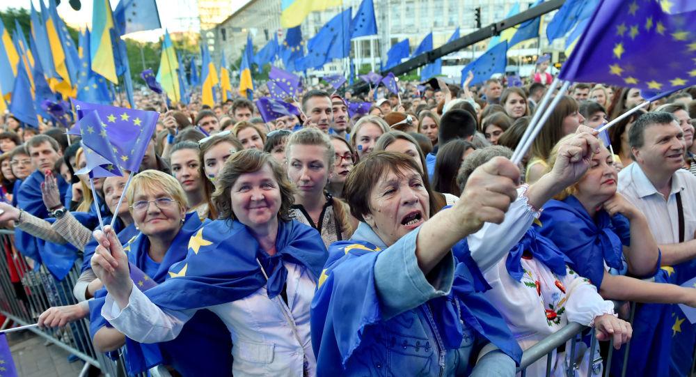 Kiyevdə Aİ bayraqları ilə insanlar, arxiv şəkli