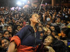 Katmanduda Indra Catra festivalı zamanı qız Şvet Bxayravanın heykəlindən şərab içir.