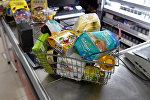 Корзина с покупками на кассе супермаркета
