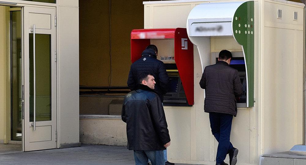 Люди у банкоматов в Баку, фото из архива