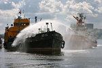 Тренировка по ликвидации последствий разлива нефтепродуктов на поверхности воды и спасению пострадавших от взрыва на нефтяном танкере. Архивное фото