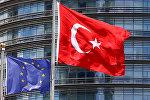 Флаги Евросоюза и Турции развеваются перед одним из отелей в Стамбуле