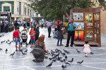 Арабские туристы на одной из центральных улиц Баку