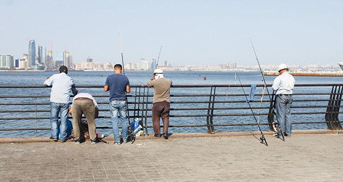 Рыбаки на приморском бульваре в Баку
