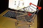Макет покупательской тележки на ноутбуке, архивное фото