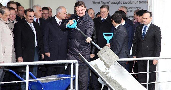 Председатель правления российской компании Р-Фарм Алексей Репик закладывает фундамент нового завода