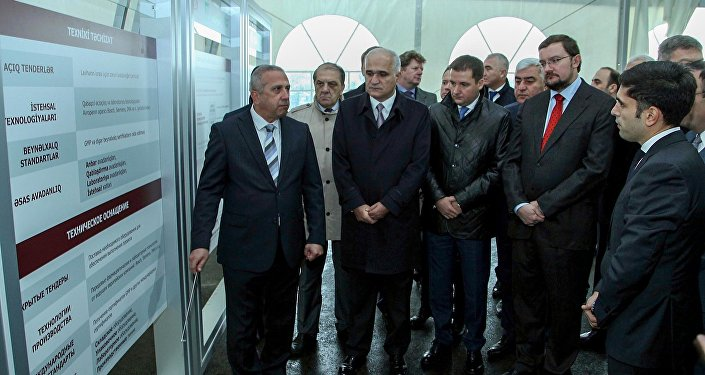 Участники церемонии знакомятся техническим оснащением строящегося завода