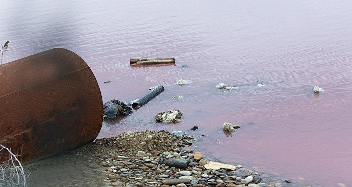 Hazırda gölə 17 kanalizasiya xətti açılır və hər gün axıntı sular gölə tökülür
