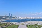 Вид на бакинский бульвар и комплекс Flame Towers в Баку