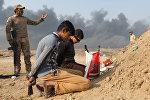 Задержанные иракскими солдатами мужчины, обвиняемые в сообщничестве с боевиками Исламского государства, Кайяра, Мосул