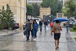 Бакинские прохожие в дождливую погоду