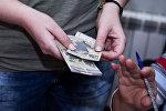 Женщина с деньгами в руках, архивное фото