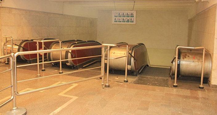 Эскалаторы первого вестибюля станции метро Иншаатчылар