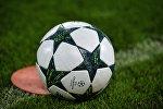 Футбольный мяч на поле, фото из архива