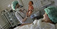 Роженица и новорожденный в родовом зале перинатального отделения детской городской больницы