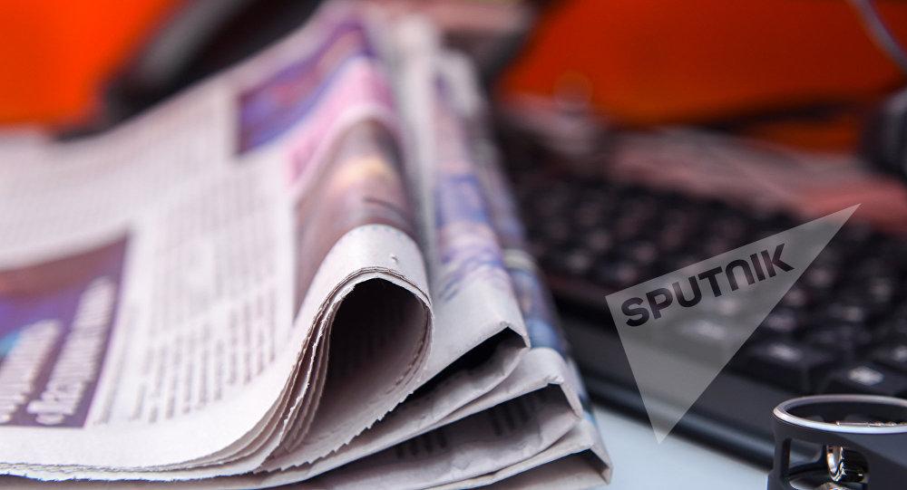 Газеты на компьютерном столе, фото из архива