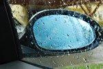 Струи дождя на стекле автомобиля, фото из архива