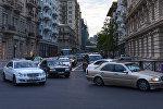 Движение транспорта на одной из центральных улиц Баку, фото из архива