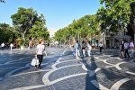 Горожане на улице Низами в Баку