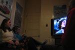 Televizora baxan qadınlar, arxiv şəkli