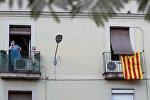 Неофициальный флаг Каталонии,, вывешенный на балконе одного из домов в Барселоне, 5 октября 2017 года