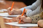 Школьники пишут диктант, фото из архива