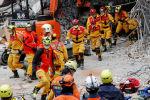 Спасательная операция по поиску пострадавших после мощного землетрясения в городе Хуалянь, Тайвань