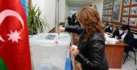 Избирательница на одном из избирательных участков в Баку во время парламентских выборов в Азербайджане
