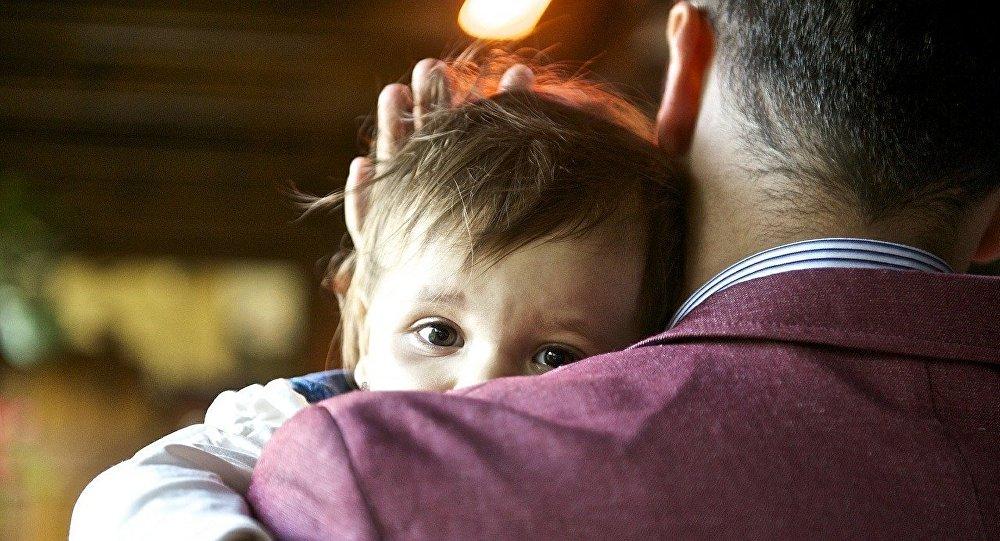 Отец с ребенком, фото из архива
