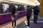Пассажиры на одной из станций Бакинского метрополитена, фото из архива