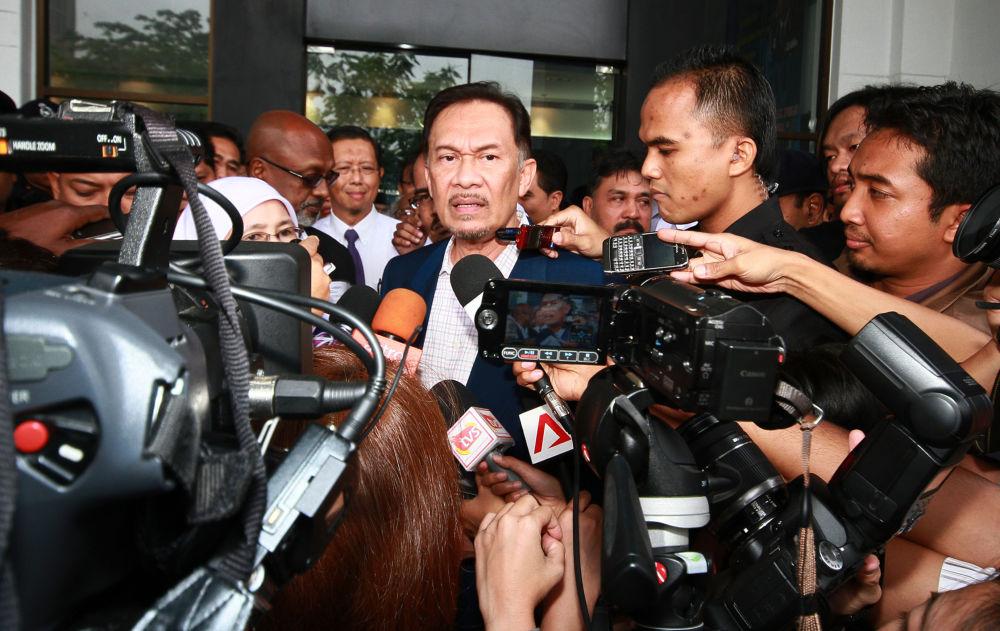 Лидер малазийской оппозиции Анвар Ибрагим во время общения с прессой