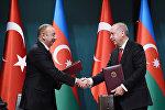 Президенты Азербайджана и Турции Ильхам Алиев и Реджеп Тайип Эрдоган в ходе церемонии подписания документов