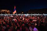 Собравшиеся на площади Республики наблюдают специальное заседание парламента (1 мая 2018). Еревaн