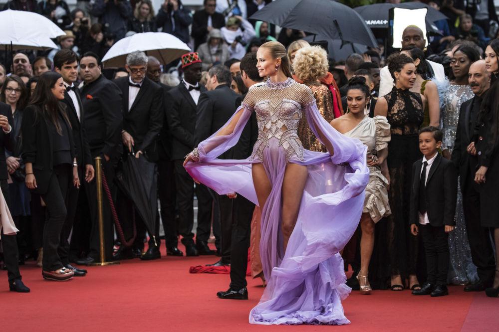 Модель Наташа Поли на красной дорожке 71-го Каннского международного кинофестиваля