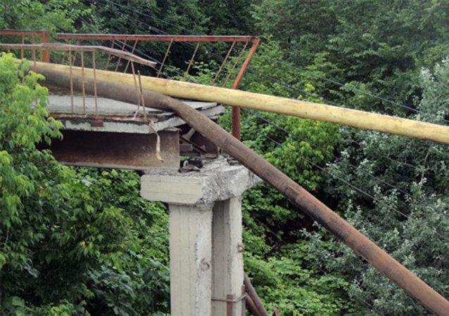 Разрушенная часть пешеходного моста через реку Гейчай